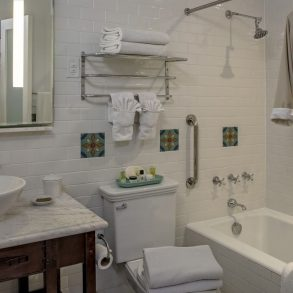 Avalon Hotel - Room 102 - Bathroom